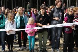 250 lidí stříhá slavnostní stuhu