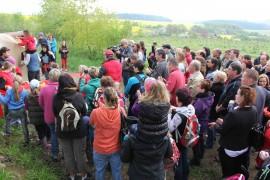 Děti ze ZŠ Teplýšovice otevírají hlavolam na naučné stezce